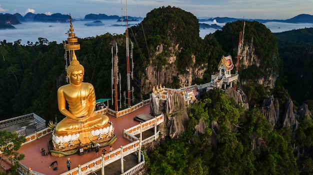 Buddha sulla cima montagna di wat tham seua (tiger cae), krabi, thailandia