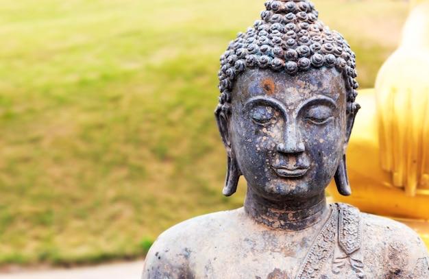 Buddismo per statue con soft-focus sullo sfondo. sopra la luce