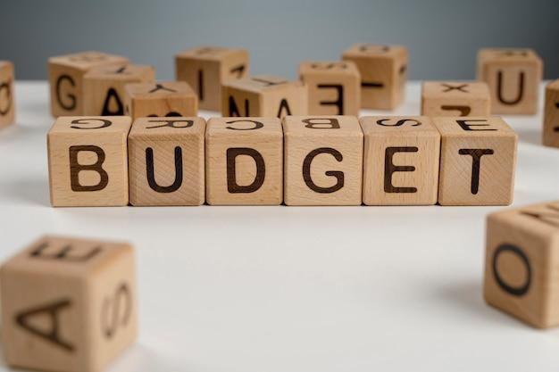 Budget ad alto angolo su blocchi di legno