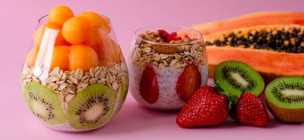 Budini di chia con frutta fresca cruda tropicale con fiocchi d'avena per una sana alimentazione
