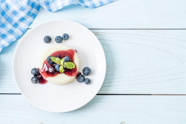 Budino allo yogurt con mirtilli freschi