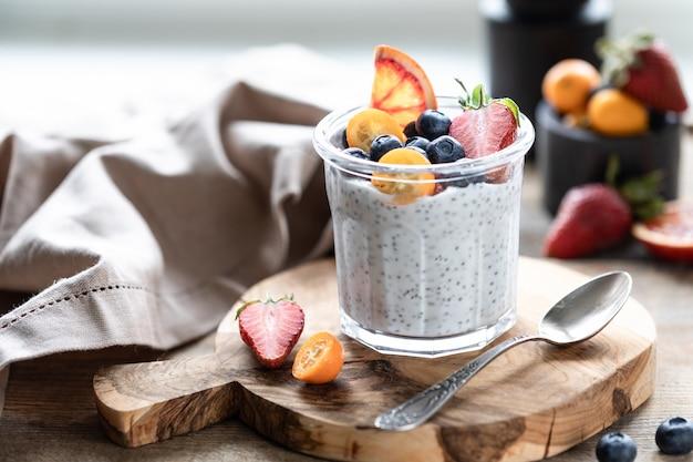 Budino di chia con bacche fresche in vaso di vetro. concetto di alimentazione sana, stile di vita sano, dieta, menu fitness