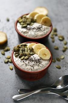 Budino di chia con semi di zucca e banana. sana colazione o merenda. dieta keto. dessert keto. dessert senza zucchero