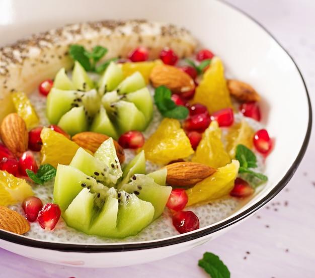 Budino di chia delizioso e sano con semi di banana, kiwi e chia