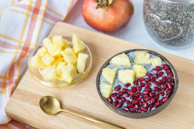 Budino di semi di chia con mango e melograno in una ciotola