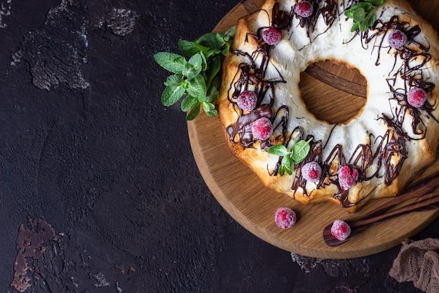 Budino o casseruola di ricotta cotta decorata con glassa al cioccolato, lamponi e menta