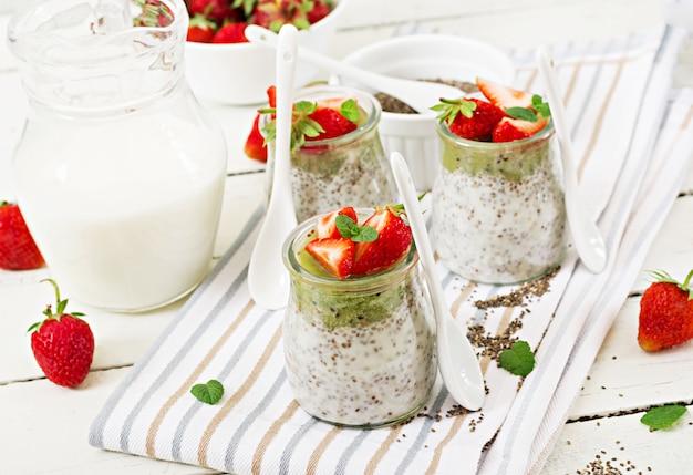 Budino vegano dei semi di chia del latte di cocco con le fragole ed il kiwi.