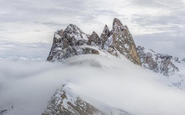 Bufera di neve tra le montagne innevate
