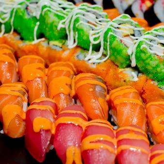 Buffet catering stile sushi set nel ristorante - salmone maki sushi e nigiri sushi