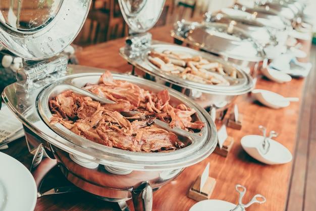 Buffet con un sacco di cibo