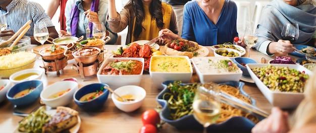 Buffet del partito degli amici che gode del concetto dell'alimento