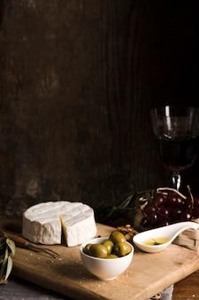 Buffet delizioso di vista frontale con formaggio sul bordo di legno