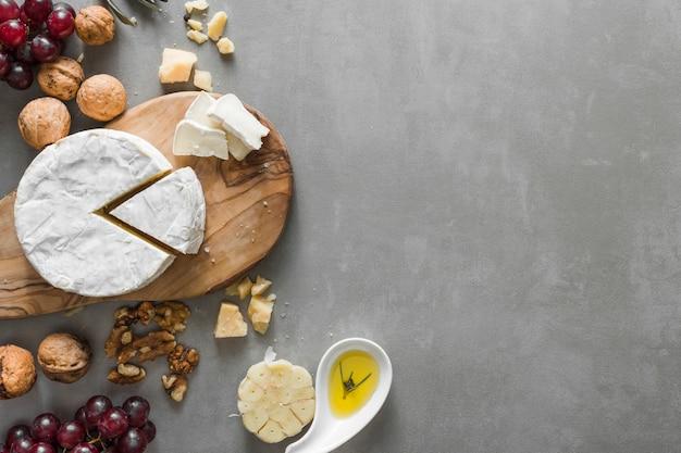 Buffet di formaggi con copia spazio