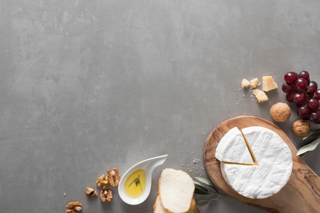 Buffet di formaggi con vista dall'alto con spazio di copia