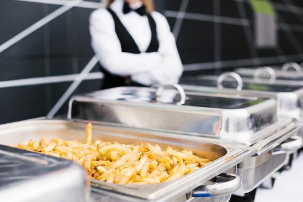 Buffet di patatine fritte appena tagliato