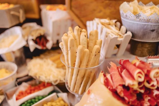 Buffet festivo, pesce, carne, patatine, palline di formaggio e altre specialità per matrimoni, eventi