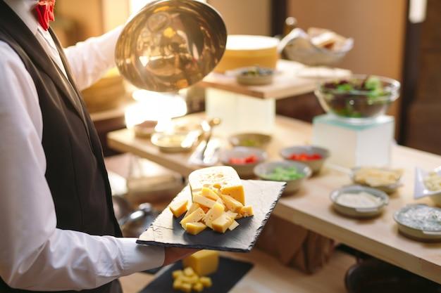 Buffet. il cameriere prepara il tavolo.