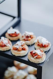 Buffet salato festivo con vari snack