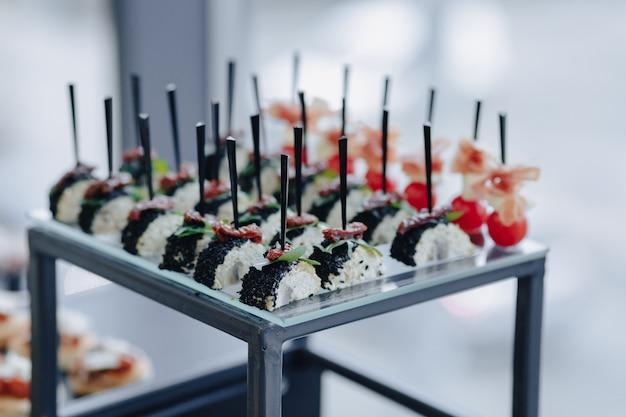 Buffet salato festivo con varie verdure e snack di carne