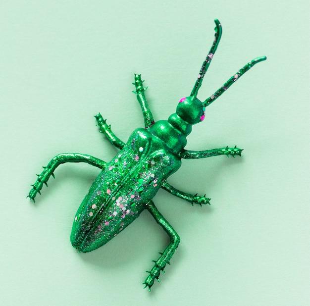 Bug in miniatura colorato su una carta