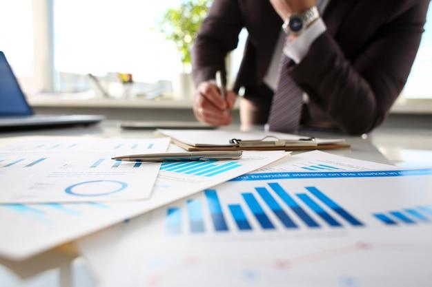 Bugia d'argento della penna a carta importante sulla tavola in ufficio