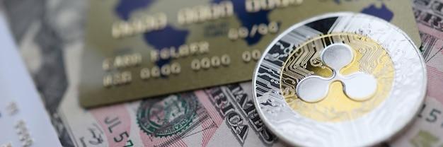 Bugia del primo piano dell'ondulazione xrp della moneta d'argento sulla tavola