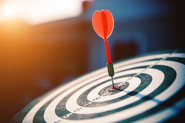 Bullseye ha una freccia dardo che colpisce il centro di un bersaglio da tiro.