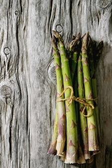 Bundle di asparagi verdi