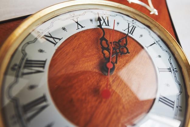 Buon anno a mezzanotte, vecchio orologio di legno