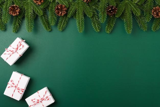 Buon anno, rami di albero di abete piano di vista superiore di concetto di giorno di natale, contenitore di regalo e decorazione