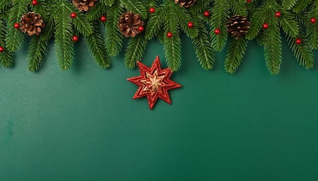 Buon anno, rami e decorazione dell'albero di abete piano di vista superiore di concetto di giorno di natale