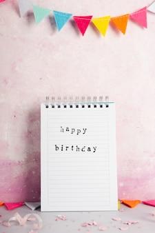 Buon compleanno con su notebook con ghirlanda