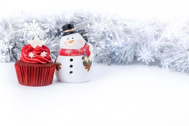 Buon natale con cupcake rosso e pupazzo di neve