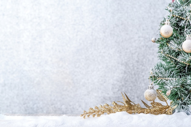 Buon natale. decorazione di natale con palla d'oro sulla neve.