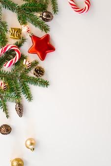 Buon natale e buone feste cartolina d'auguri sfondo, cornice. nuovo anno. decorazioni natalizie e giocattoli, caramelle alla menta e luci. vacanze invernali. disteso. biglietto d'auguri