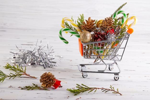 Buon natale e felice anno nuovo . banner da un cesto con decorazione dell'albero di natale e copyspace per il testo su una luce