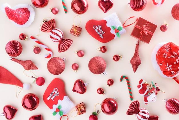 Buon natale e felice anno nuovo concetto con colore rosso palle di celebrazione