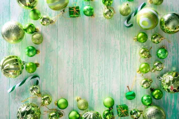 Buon natale e felice anno nuovo concetto con colore verde palle di celebrazione