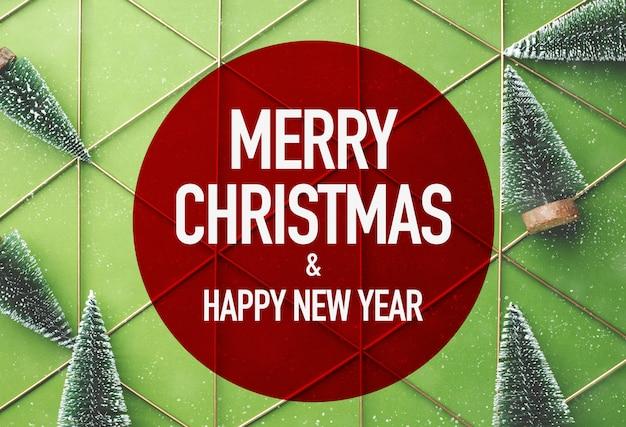 Buon natale e felice anno nuovo in rosso con albero di natale su sfondo verde con nevica