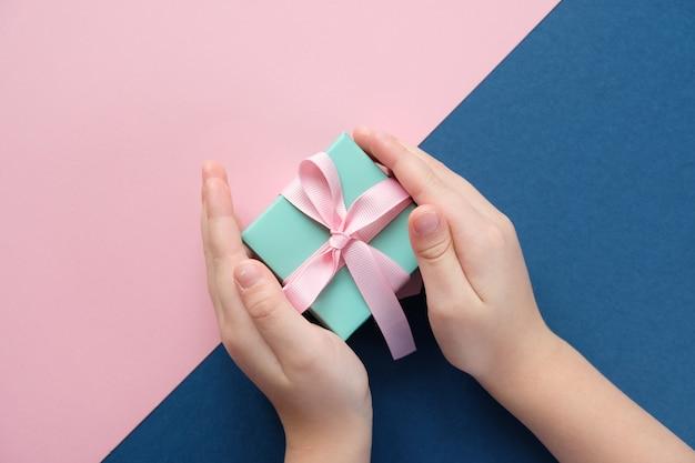 Buon natale e felice anno nuovo. sfondo rosa e blu