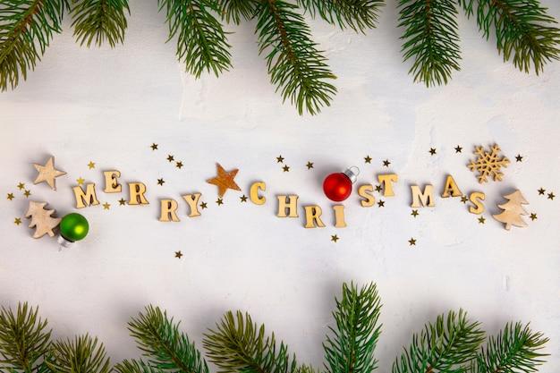 Buon natale scritto con lettere in legno, biscotti e decorazioni natalizie