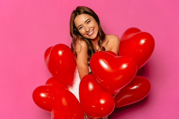 Buon san valentino. attraente donna timida, ampiamente sorridente