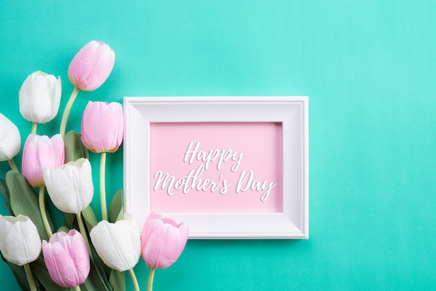 Buona festa della mamma in vista dall'alto di fiori rosa tulipano e cornice