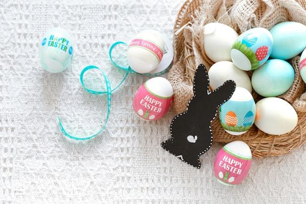 Buona pasqua. bella composizione pasquale con uova colorate e una lepre di carta.