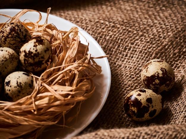 Buona pasqua. complimenti pasqua. uova di pasqua e fiori