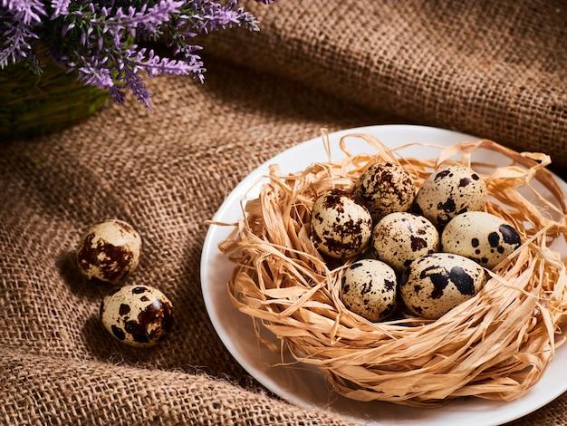 Buona pasqua. complimenti tavola di pasqua. uova di pasqua e fiori.