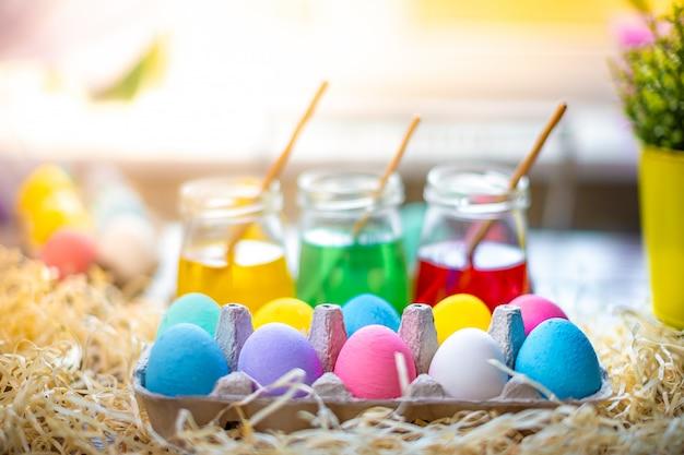 Buona pasqua con le uova colorate nel carrello. decorazioni da tavola per le vacanze.