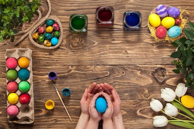 Buona pasqua! dipinge le uova di pasqua. prepararsi per pasqua.