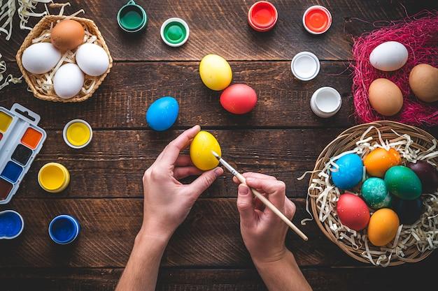 Buona pasqua. dipingere e preparare le uova di pasqua per le vacanze di pasqua. vista dall'alto