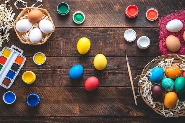 Buona pasqua. dipingere e preparare uova colorate per le vacanze di pasqua. vista dall'alto